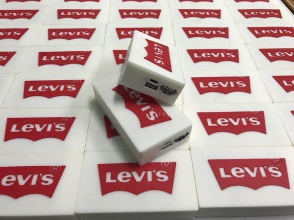 เพาเวอร์แบงค์ขึ้นโมล์ด Levi's
